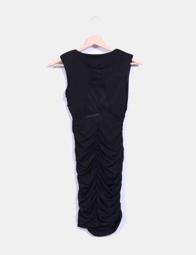 Vestido negro drapeado con transparencias