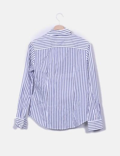 Camisa blanca con rayas azules marinas
