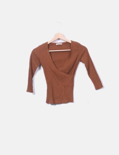 Camiseta marrón escote en pico