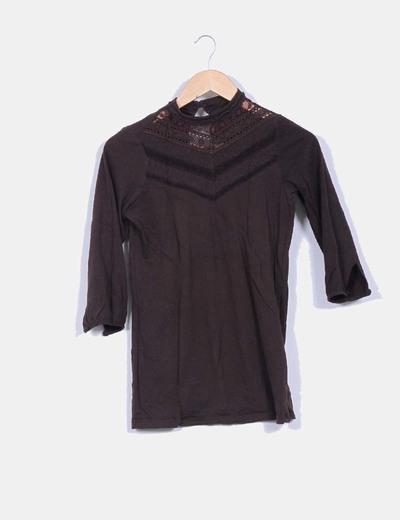 Camiseta marrón con cuello cerrado NoName