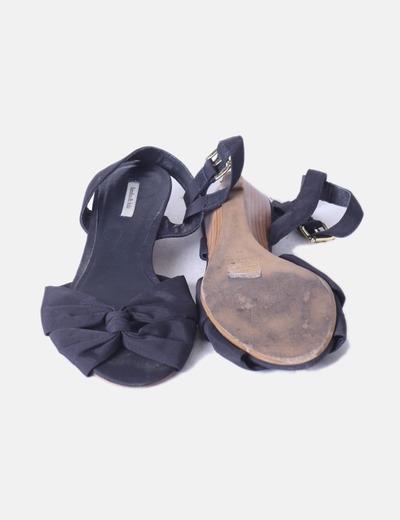 Sandalia negra con cuna de madera