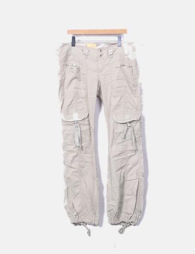 Pantalón beige con bolsillos
