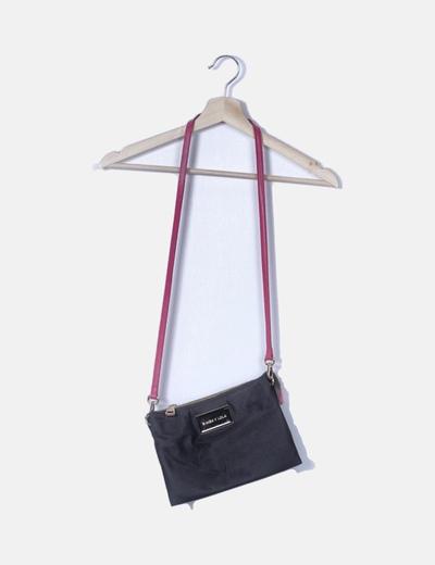 Bolso negro con correa rosa