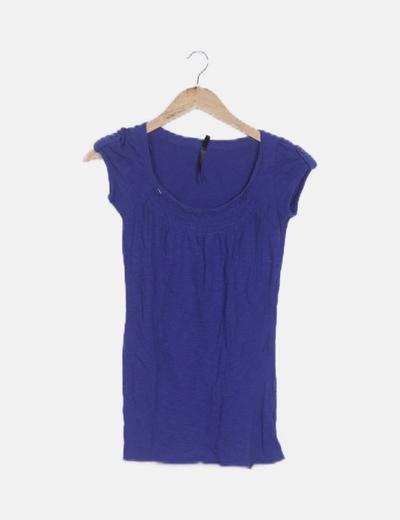 Camiseta azul escote fruncido