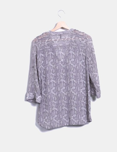 Blusa color taupe estampado de serpiente