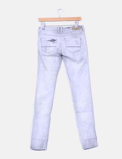 Jeans gris con rotos