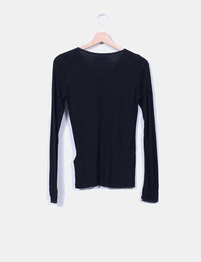 Camiseta negra de manga larga con chorrera