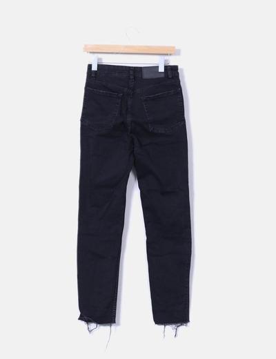 Pantalon pitillo negro desflecado