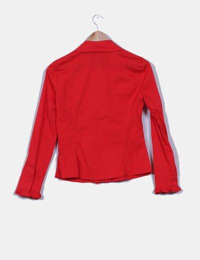 Camisa roja con chorreras de tablas