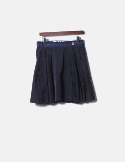 Falda de tablas negra con cintura azul