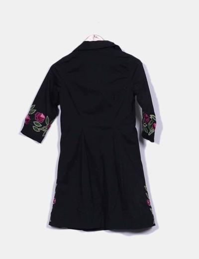 Vestido camisero negro con bordado floral