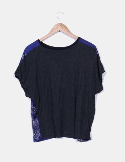 Blusa de raso azul con estampado floral