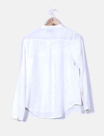 Camisa blanca fluida con botones dorados