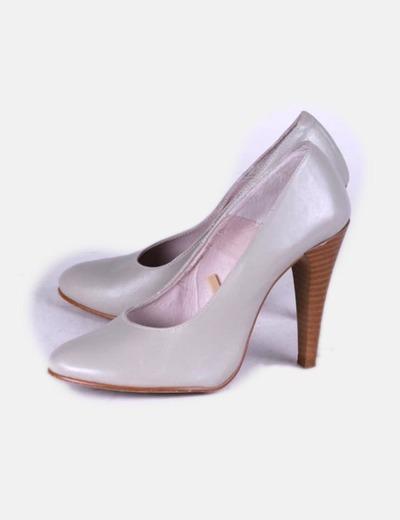 Zapato de tacón gris con punta redondeada