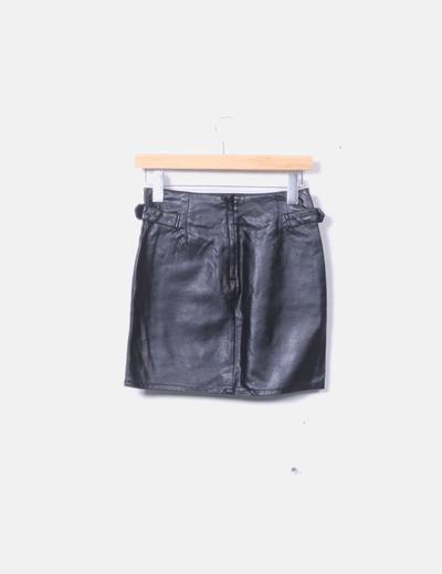 65d4f38ca Falda negra polipiel con hebillas