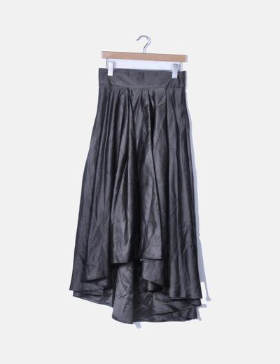 Falda negra satinada con abertura