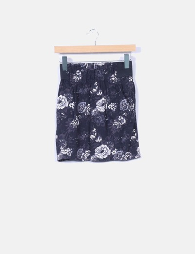 Mini falda negra floral con bolsillos