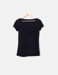 Camiseta negra escote troquelado Benetton