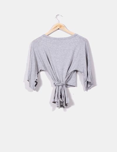 Camiseta gris cruzada