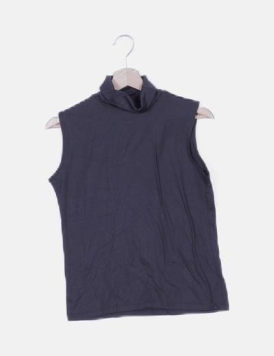 Camiseta negra cuello alto