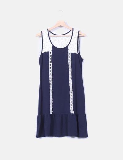 Vestido blanco con encaje azul marino