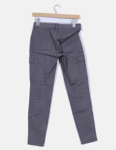 Pantalon gris detalle bolsillos