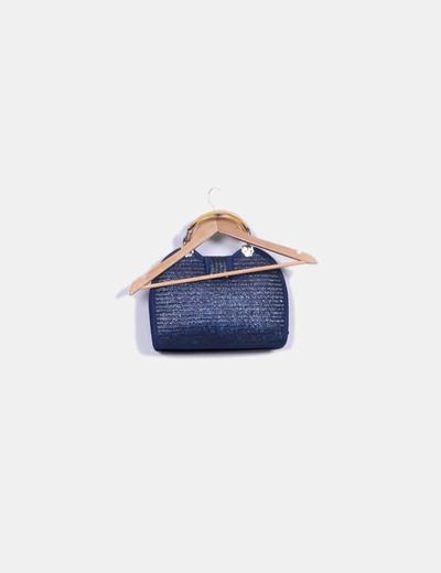 Bolso de rafia azul marino combinado con asa de madera