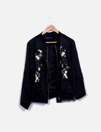 Bomber satén negro floral Zara