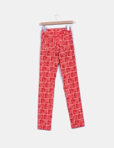 Pantalon texturizado estampado en tonos rojos