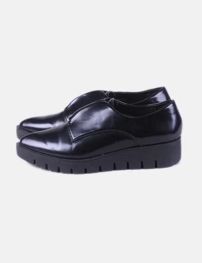 Zapato de plataforma acharolado