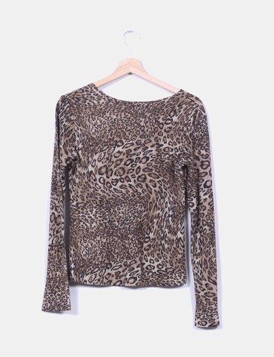 Top estampado animal print con brillos dorados