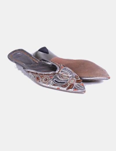 Zapato terminado en punta plateado detalle bordado