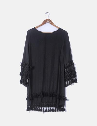 Vestido fluido negrocon crochet y flecos