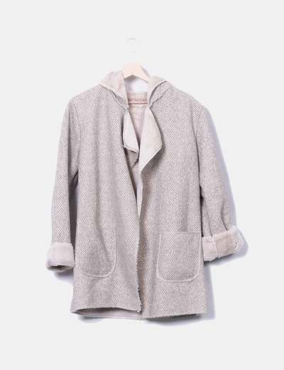 Abrigo beige combinado con rayas