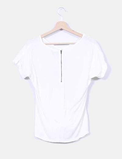 Camiseta blanca con tachas