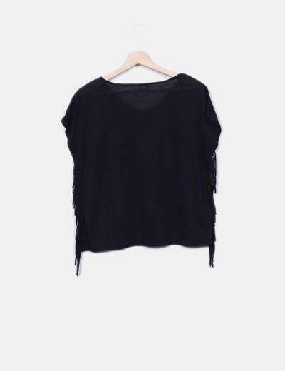 Camiseta negra con flecos con strass