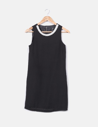 Vestido negro y perlas