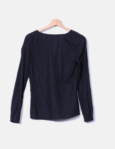 Blusa negra de manga larga escote pico