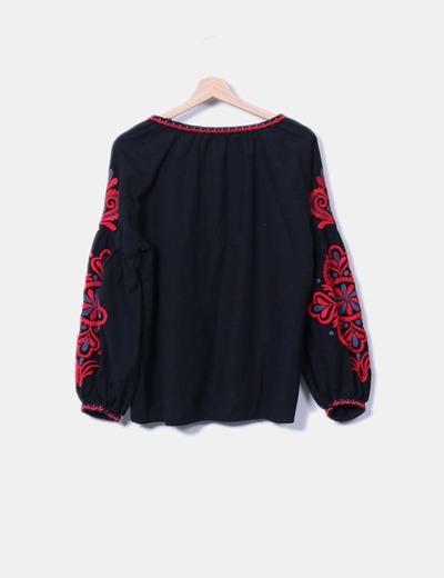 Blusa oversize con bordado
