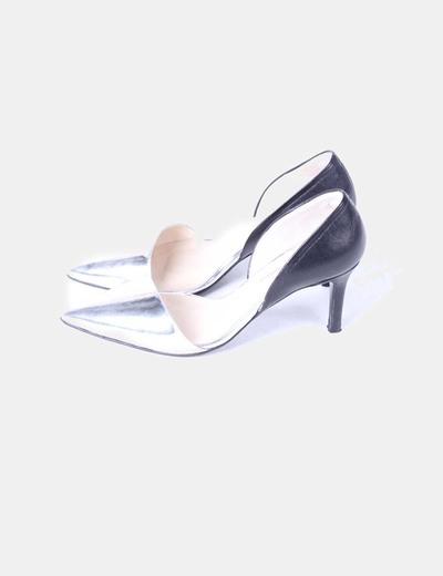 Zapato estileto bicolor, detalle lateral abierto Gloria Ortiz
