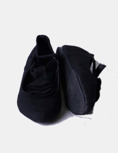 Zapato negro con rosetones