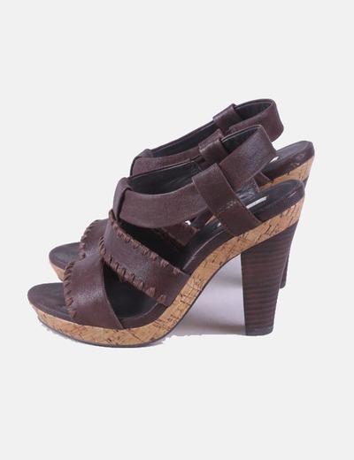 Sandalia marrón detalle bordado