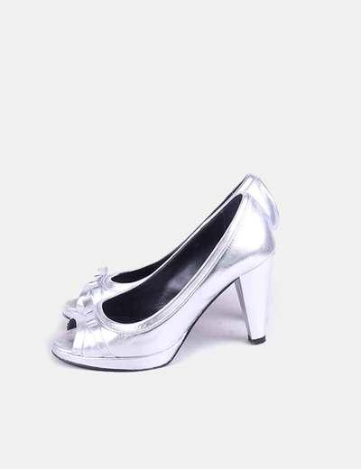 Zapato de tacón plateado