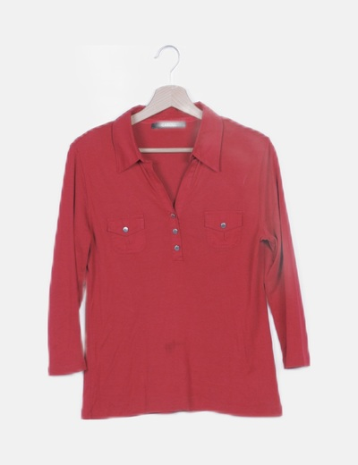 Camiseta roja con cuellos