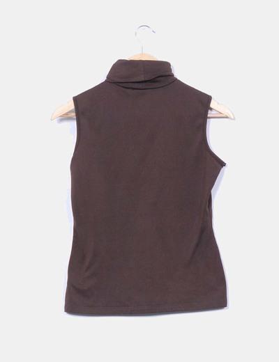 Camiseta marron sin mangas cuello vuelto