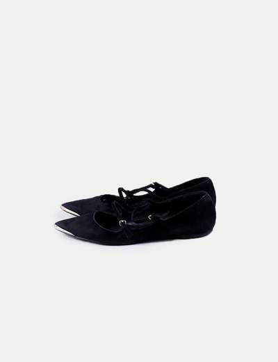 Zapato negro plano punta detalle dorado