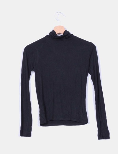 Camiseta negra con cuello vuelto