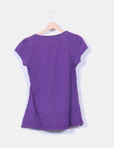 Camiseta morada bordada
