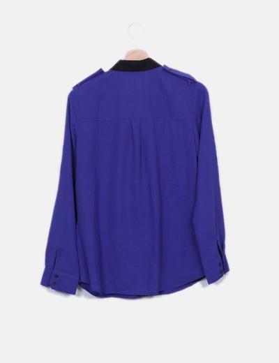 Camisa azul klein con cuellos negros
