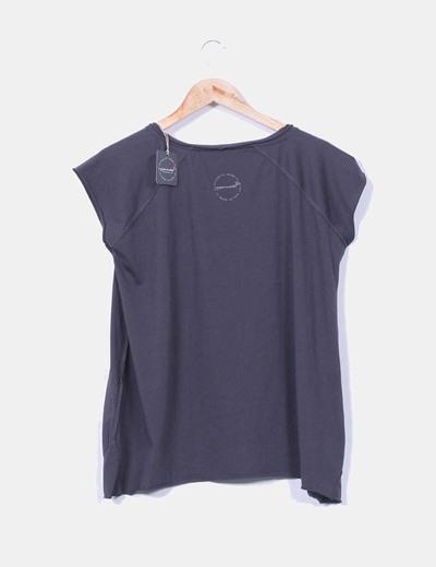 Camiseta gris oscura print letras